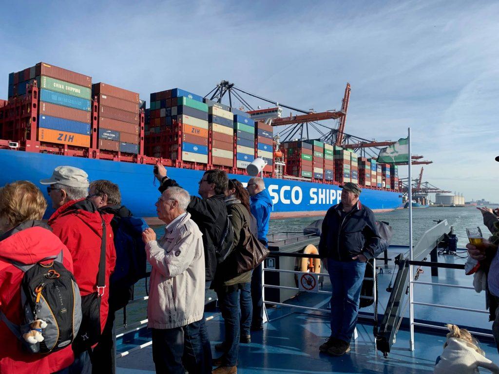 """<div class=""""fl-photo-caption-inner""""><div class=""""date"""">7. März 2019</div> """"Schiffe, Schiffe, Schiffe"""" in Hamburg, © Detlev Wehnert</div>"""