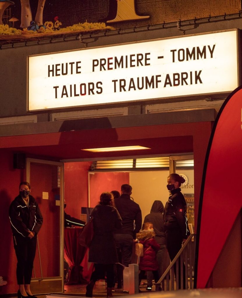 "<div class=""fl-photo-caption-inner""><div class=""date"">20. Oktober 2020</div> Tommy Tailors Traumfabrik<br> © Michael Döbele </div>"
